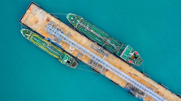 Vista aérea navio petroleiro descarga no porto, negócios importação exportação óleo com navio petroleiro.