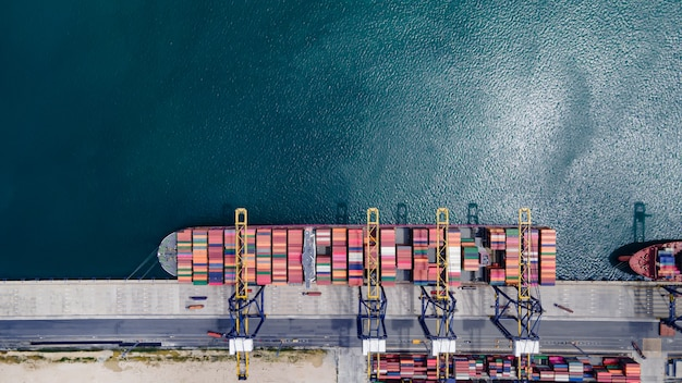 Vista aérea. navio porta-contêineres com ponte rolante realiza negócios de importação e exportação