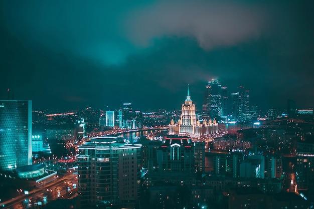 Vista aérea noturna da cidade de moscou e hotel na ucrânia da nova arbat russia