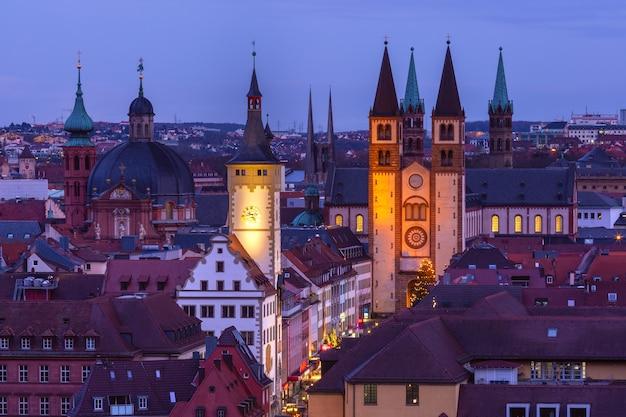 Vista aérea noturna da cidade velha com a catedral e a prefeitura em wurzburg, parte da estrada romântica, franconia, baviera, alemanha