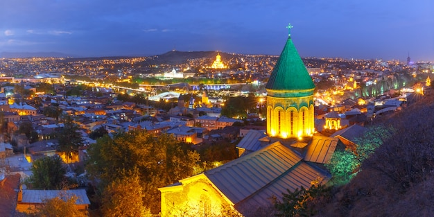 Vista aérea noturna da cidade velha, tbilisi, geórgia