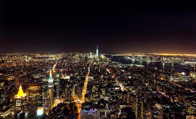 Vista aérea noturna de manhattan