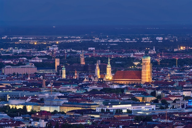 Vista aérea noturna de munique, alemanha