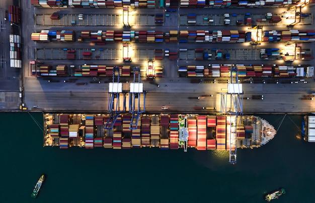 Vista aérea noturna navio de carga de contêineres e importação exportação de carga e logística comercial