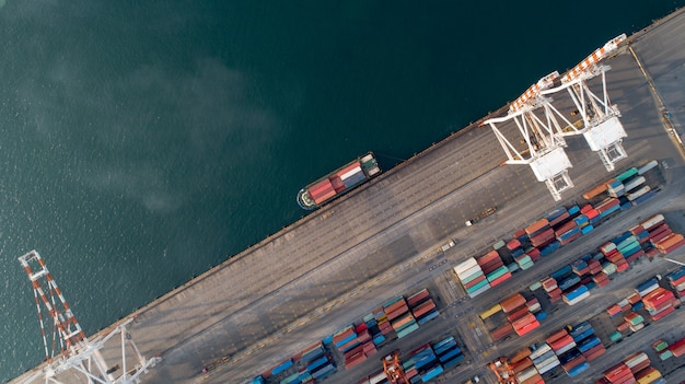 Vista aérea, ou, vista superior, de, navio carga, recipiente carga, em, armazém, porto
