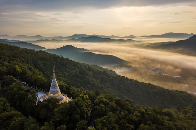Vista aérea pagode na montanha e belo nevoeiro no nascer do sol