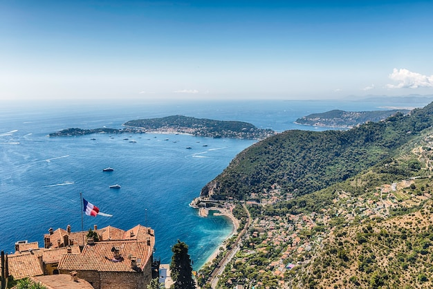 Vista aérea panorâmica da cidade de ãƒâˆze sobre o belo litoral perto da cidade de nice, cote d'azur, frança. é um dos locais turísticos mais renomados da riviera francesa