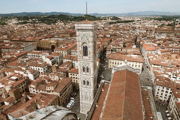 Vista aérea panorâmica da cidade de florença e do campanário de giotto é um campanário que faz parte do complexo da catedral de florença (cattedrale di santa maria del fiore)