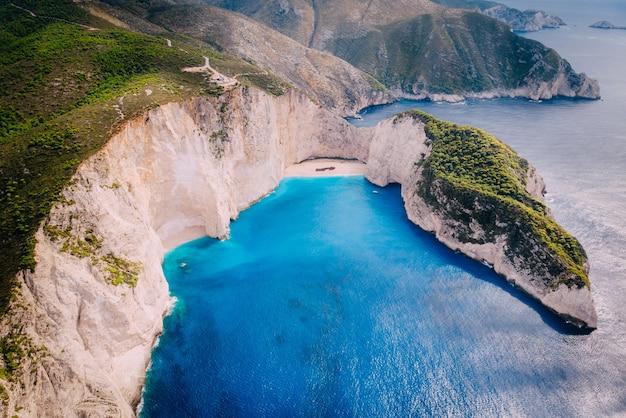 Vista aérea panorâmica da famosa praia de naufrágios de zakynthos, grécia