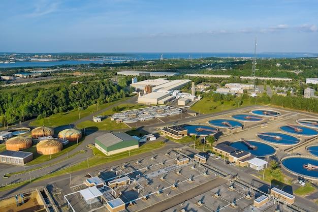 Vista aérea panorâmica da moderna estação de tratamento de águas residuais urbanas, a purificação da água é o processo de remoção de produtos químicos indesejáveis