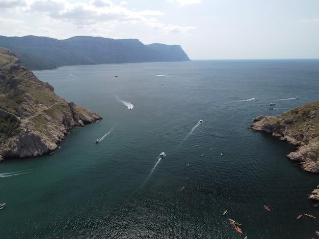 Vista aérea panorâmica da paisagem balaklava com barcos e mar na baía da marina na crimeia sebastopol