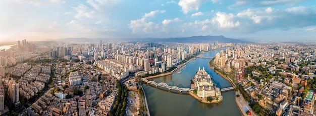 Vista aérea panorâmica da paisagem urbana do rio min através de fuzhou, na china