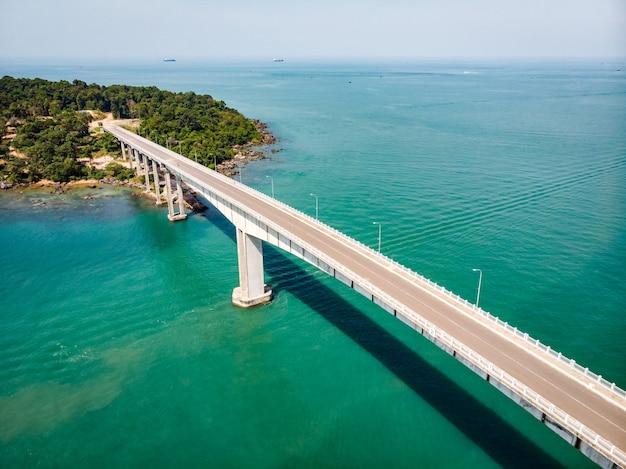 Vista aérea panorâmica da ponte sobre o mar. ponte techo morakat para a ilha snake koh puos. sihanoukville. camboja. vista aérea de vista superior.