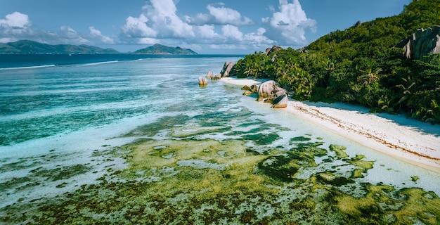 Vista aérea panorâmica da praia anse source d'argent na ilha la digue, seychelles