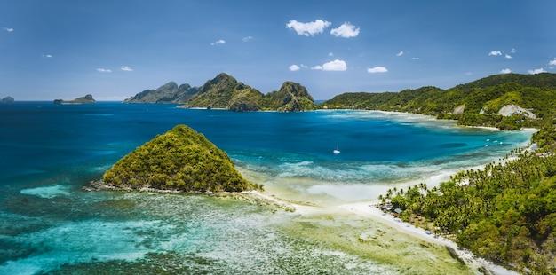 Vista aérea panorâmica da praia de las cabanas e lagoa do mar