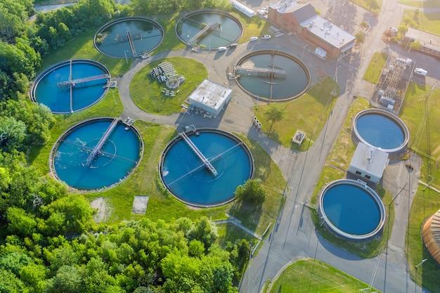 Vista aérea panorâmica da purificação de água da moderna estação de tratamento de águas residuais urbanas