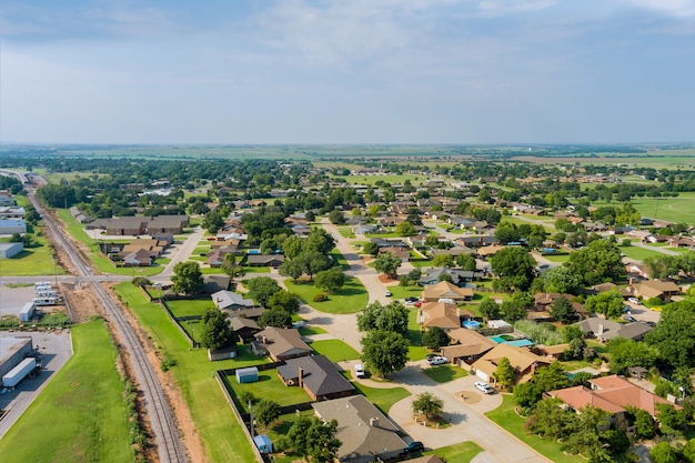 Vista aérea panorâmica de uma paisagem panorâmica de um assentamento suburbano em uma bela casa isolada na cidade de clinton, oklahoma, eua