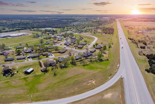 Vista aérea panorâmica de uma pequena cidade perto de vilas rodoviárias localizadas na américa central