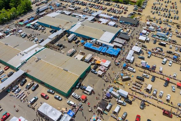 Vista aérea panorâmica do mercado de pulgas em objetos antigos à venda em um grande mercado na englishtown nj eua
