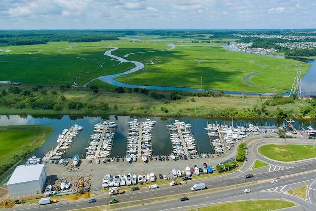 Vista aérea panorâmica do porto para muitos barcos flutuando perto do oceano nos eua