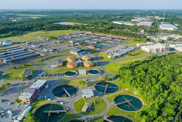 Vista aérea panorâmica dos tanques de purificação da moderna estação de tratamento de águas residuais na estação de reciclagem de água