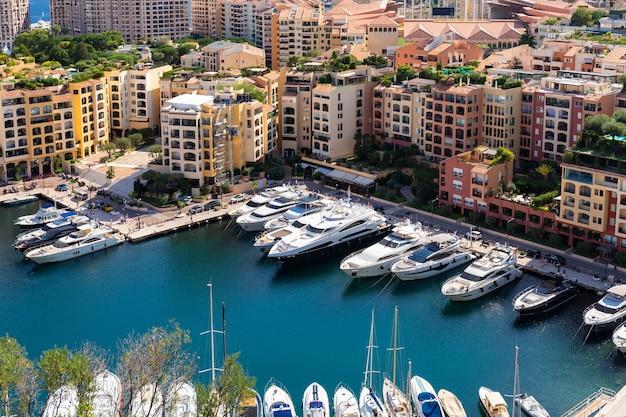 Vista aérea panorâmica em iates de luxo e apartamentos do centro da cidade e do porto de monte carlo, cote d'azur, mônaco, riviera francesa.