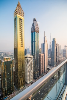 Vista aérea panorâmica no centro de dubai, emirados árabes unidos, com arranha-céus e rodovias. fundo colorido de viagens.