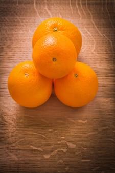 Vista aérea pequena pilha de frutas laranja na placa de madeira