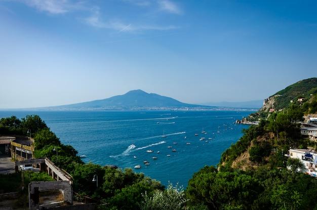 Vista aérea pitoresca de vico equense com sua arquitetura amasing e monte vesúvio, no sul da itália