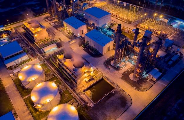 Vista aérea por drone da planta de refinaria petroquímica de petróleo