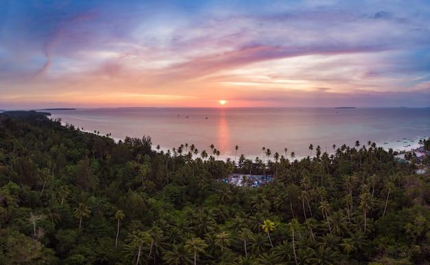 Vista aérea, praia tropical, ilha, recife, mar do caribe, céu dramático, em, pôr do sol, amanhecer