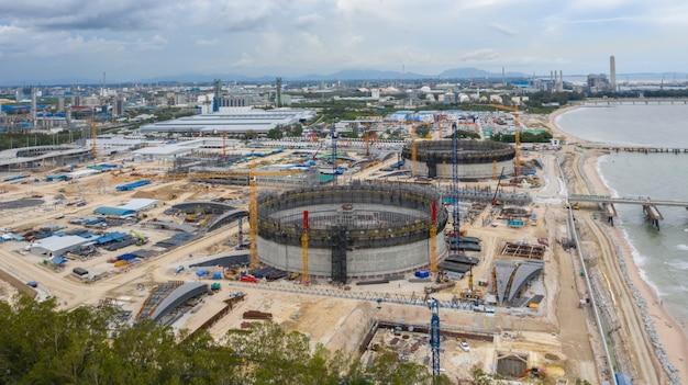 Vista aérea refinaria tanques de petróleo construção