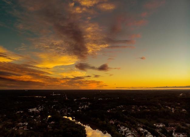 Vista aérea sobre casas e estradas suburbanas, amanhecer