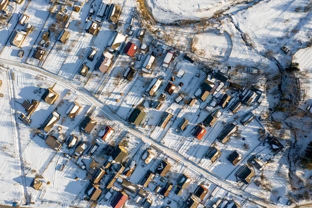 Vista aérea sobre casas particulares no inverno