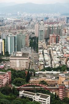 Vista aérea sobre o centro da cidade de taipei com camadas de montanha no fundo no crepúsculo da montanha do elefante de xiangshan.