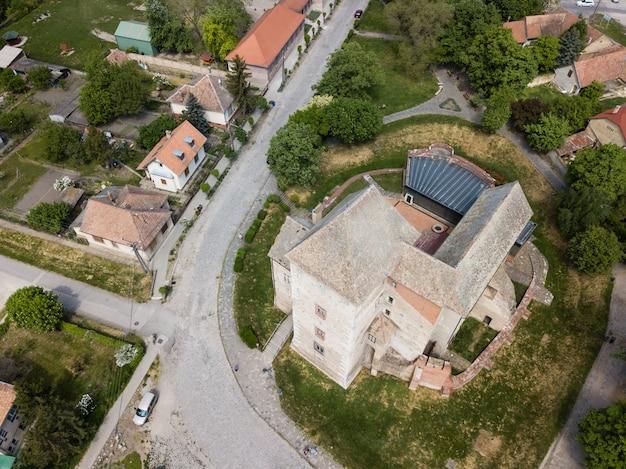 Vista aérea superior ao castelo medieval de simontornya, hungria