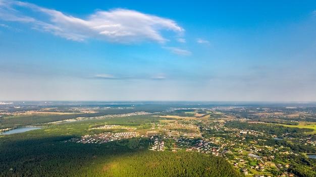 Vista aérea superior da área residencial da cidade de kiev de cima, horizonte do distrito de goloseevo