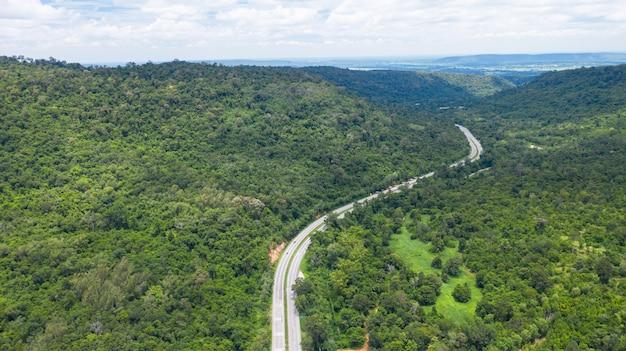 Vista aérea superior de uma estrada provincial passando por uma floresta