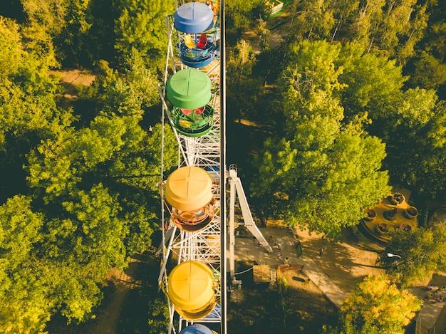 Vista aérea superior diretamente acima vista da roda gigante no parque público da cidade de diversões de verão, drone tiro d