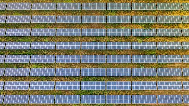 Vista aérea superior dos painéis solares