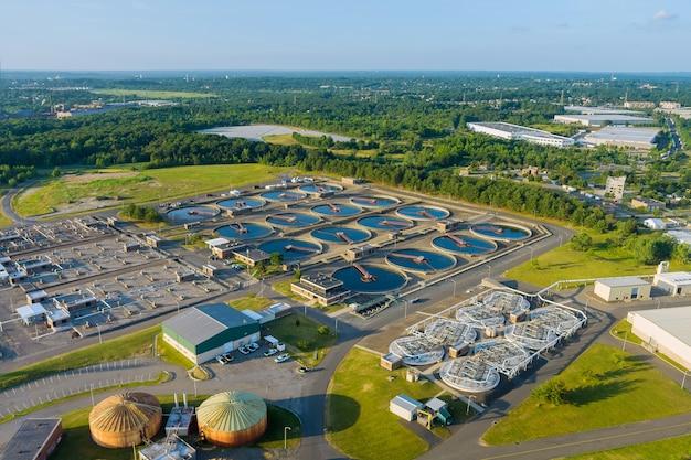 Vista aérea superior dos tanques de purificação da estação de tratamento de águas residuais moderna de reciclagem de água