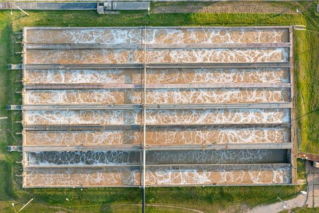 Vista aérea superior dos tanques de purificação da moderna estação de tratamento de águas residuais
