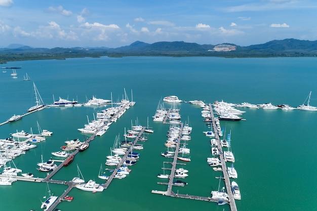 Vista aérea tiro de zangão de cima para baixo do estacionamento de iates e veleiros na marina transporte e fundo de viagens