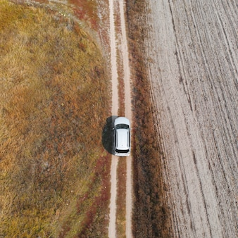 Vista aérea, top down carro dirigindo em terrenos acidentados