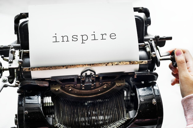 Vista aérea, um, mulher, usando, um, retro, typewriter