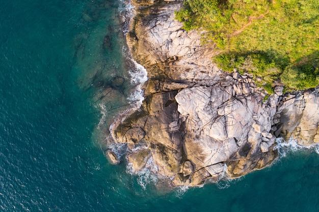 Vista aérea vista aérea de cima para baixo litoral bonito da superfície do mar turquesa em dia ensolarado fundo de verão do dia do bom tempo bela ilha de phuket tailândia.