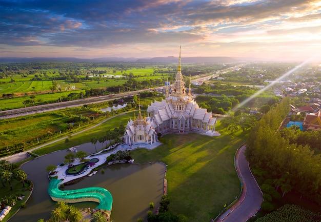 Vista aérea wat none kum na província tailândia de nakhon ratchasima.