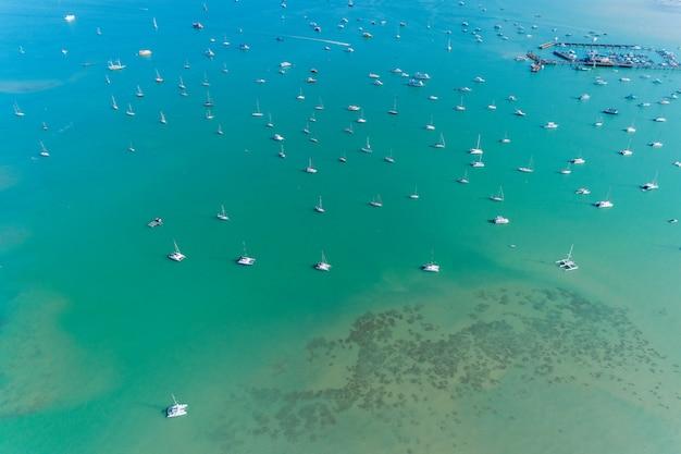 Vista aérea zangão tiro de barcos à vela no mar tropical.