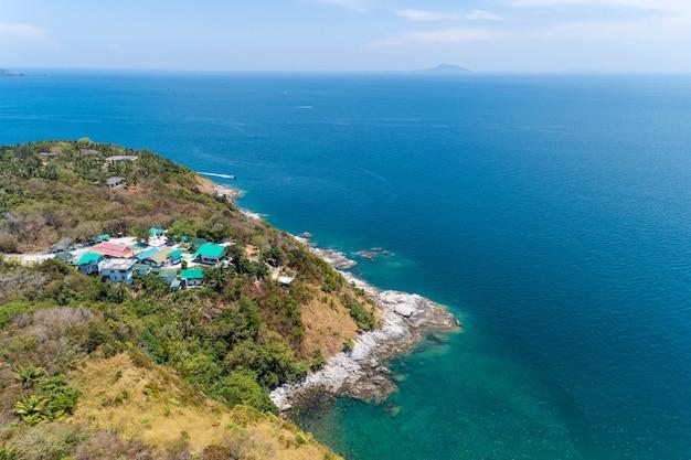 Vista aérea zangão tiro de beira-mar belas paisagens mar de andaman na temporada de verão