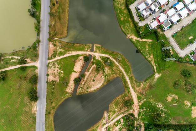 Vista aérea, zangão, vista superior, tiro, de, estrada asfalto, e, lago, com, modernos, casa
